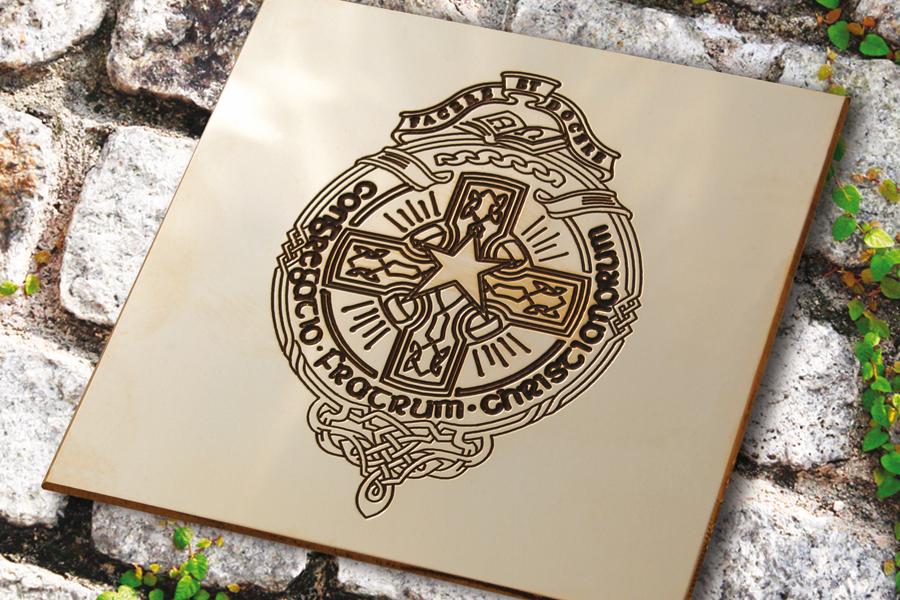 Gravure mécanique puis mise en peinture d'une plaque professionnelle