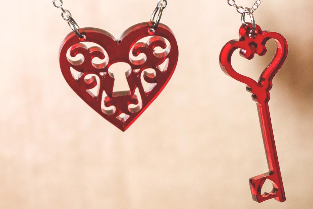Acryl-Halskettenanhänger für den Valentinstag